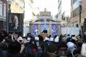 Mil quinientos scientologists y simpatizantes de todo Canadá y los Estados Unidos se aglomeraron en el 665 rue Saint-Joseph en el corazón del Distrito Nouvo Saint-Roch para celebrar esta nueva Iglesia.