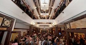 Al caer la cinta, miles de scientologists e invitados visitaron la espectacular galería de cuatro pisos con tragaluz.