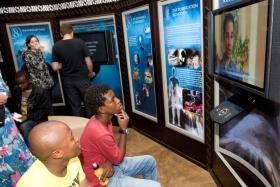 Aquellos invitados al nuevo Centro de mejoramiento de la vida hicieron recorridos por sí mismos a través de los paneles multimedia que ilustran las  y prácticas de Scientology, la vida y legado del fundador, L.Ronald Hubbard, y los programas de mejoramiento social y humanitarios de la Iglesia a nivel global.