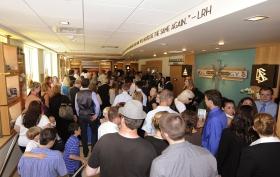 Después de caer la cinta, los scientologists e invitados fluyeron por los 3.208 metros cuadrados de la estructura de ladrillo y cristal en la 300 West Harrison, para visitar la nueva Iglesia de Scientology de Washington en Queen Anne.