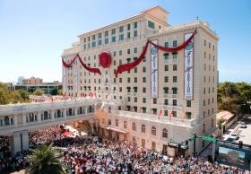 """El día fue histórico encabezado por el Presidente de la Junta de Religious Technology Center, el Sr.David Miscavige, que pronunció el discurso inaugural y cortó la cinta, marcando una nueva era para """"la joya de Clearwater""""."""