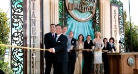 El Sr.Miscavige dirigió la ceremonia del corte de la cinta, junto con los ejecutivos de la Iglesia e invitados especiales, para abrir oficialmente las puertas de la Iglesia de Scientology y Centro de Celebridades de Nashville para todos.